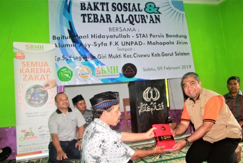 Kepala BMH Perwakilan Jawa Barat, Rahmat Hidayat menyerahkan Alquran terjemah Bahasa Sunda kepada Warga Kampung Sodong Cisewu Garut.