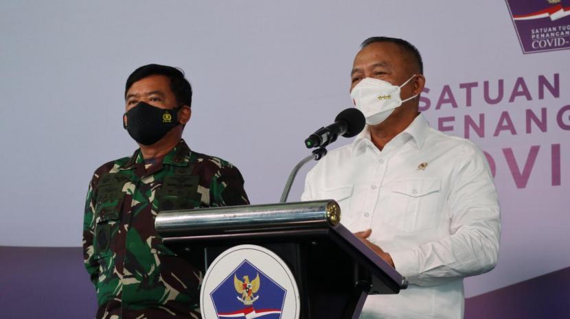 Kepala BNPB/Ketua Satgas Penangan COVID-19 Ganip Warsito (kanan) bersama Panglima TNI Hadi Tjahjanto (kiri) dalam konferensi pers