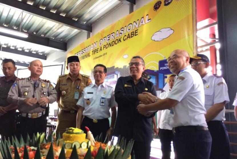 Kepala BPTJ Bambang Prihartono (kanan) dan Wakil Wali Kota Tangsel Benyamin Davnie (dua kiri) meresmikan Terminal Pondok Cabe, Senin (31/12).