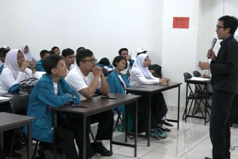 Kepala BSI Innovation Center memberikan penjelasan kepada mahasiswa baru UBSI.