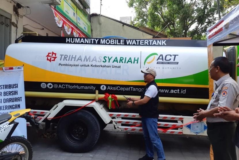 Kepala Cabang ACT Solo, Septi Endrasmoro, meresmikan Humanity Mobile Watertank di kantor ACT Solo, Kamis (22/8). Mobil tangki dari wakaf tersebut akan dimanfaatkan untuk menyalurkan bantuan air bersih untuk wilayah terdampak kekeringan di Solo Raya.