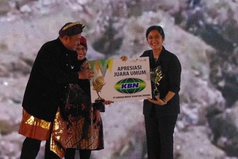 Kepala Dinas Kebudayaan dan Pariwisata Sumatera Selatan Irene Camelyn menerima piala dan penghargaan juara umum Anugerah Pesona Indonesia (API) 2018 dari Asisten Deputi Pengembangan Pemasaran I Regional I Kementerian Pariwisata Masruroh pada Kamis malam (23/11) pada malam puncak API 2018 di Grand Sahid, Jakarta.