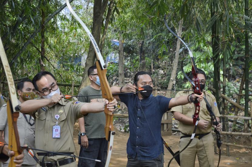 Kepala Dinas Kebudayaan DKI Jakarta Iwan Henry Wardhana (paling depan) sedang memanah bersama Kometa
