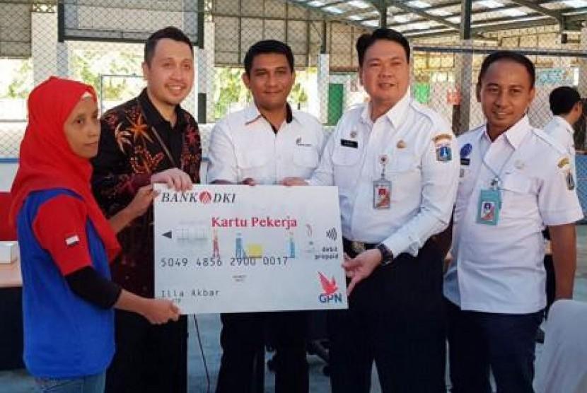 Kepala Dinas Tenaga Kerja dan Transmigrasi Provinsi DKI Jakarta, Andri Yansyah, menyerahkan secara simbolis Kartu Pekerja kepada pekerja Jakarta, beberapa waktu lalu.