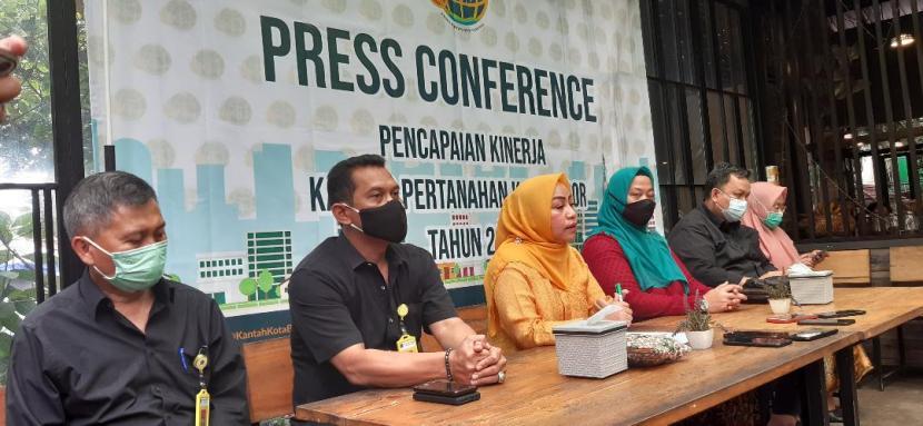 Kepala Kantah Kota Bogor, Erry Juliani Pasoreh (tengah) menjelaskan kinerja pertanahan selama tahun 2020.