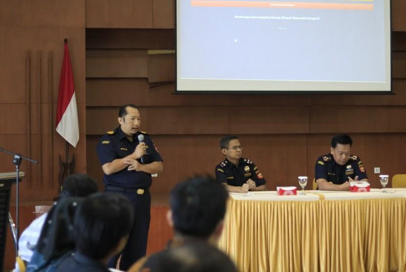 Kepala Kantor Bea Cukai Tangerang, Agus Sudarminto meresmikan aplikasi perizinan online.