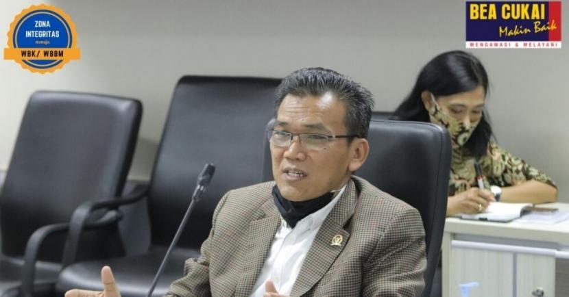 Kepala Kantor Wilayah (Kanwil) Bea Cukai Jateng DIY, Padmoyo Tri Wikanto bahas berbagai isu terkini kepabeanan dan cukai bersama salah seorang anggota Komisi XI DPR RI, Musthofa yang berkunjung ke Kanwil Bea Cukai Jawa Tengah dan DIY.