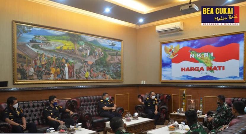 Kepala Kanwil Bea Cukai Aceh, Safuadi mengunjungi Panglima Komando Daerah Militer Iskandar Muda Aceh, Mayjen TNI Hasanuddin, pada Rabu (27/5).