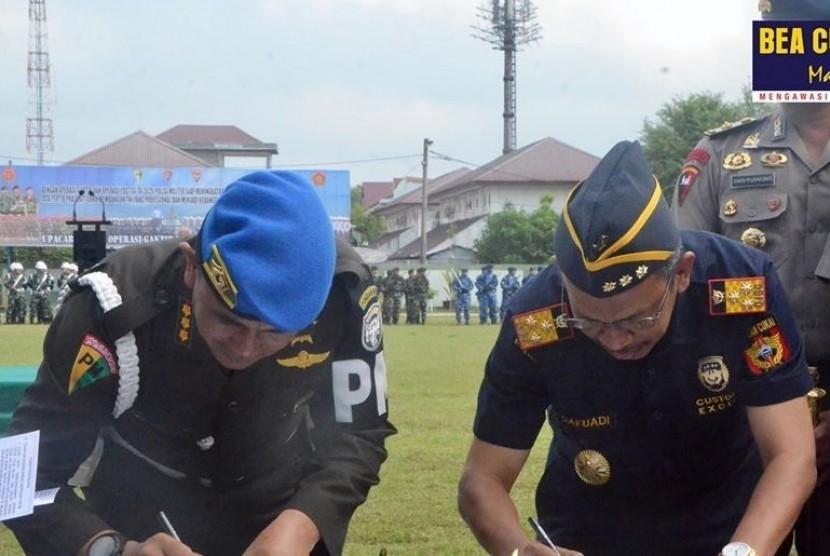 Kepala Kanwil Bea Cukai Aceh, Safuadi, menjalin sinergi dengan Komandan Polisi Militer Komando Daerah Militer Iskandar Muda (Danpomdam IM) Kolonel Cpm Zulkarnain dengan menandatangani memorandum of understanding (MoU) penegakan hukum bidang kepabeanan dan cukai, Senin (17/02).