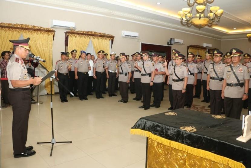 Kepala Kepolisian Daerah Sumatera Selatan (Kapolda Sumsel) Irjen Pol Zulkarnain Adinegara, Jumat (9/11) melantik dan memimpin serah terima jabatan (sertijab) Kepala Satuan Wilayah (Kasatwil) atau Kapolres dan pejabat utama di lingkungan Polda setempat.