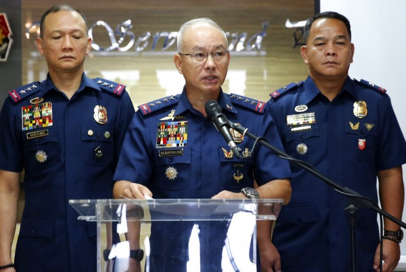 Kepala Kepolisian Nasional Filipina Direktur Jenderal Oscar Albayalde (tengah) mengumumkan lima tersangka militan Abu Sayyaf terkait pengeboman gereja telah menyerahkan diri, Senin (4/2).