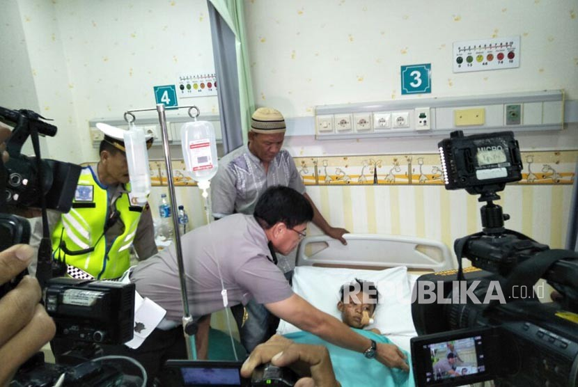 Kepala Korps Lalu Lintas (Kakorlantas) Polri Irjen Pol Royke Lumowa mengunjungi korban bus Tanjakan Emen, di RSUD Tangerang Selatan, Ahad (11/2).