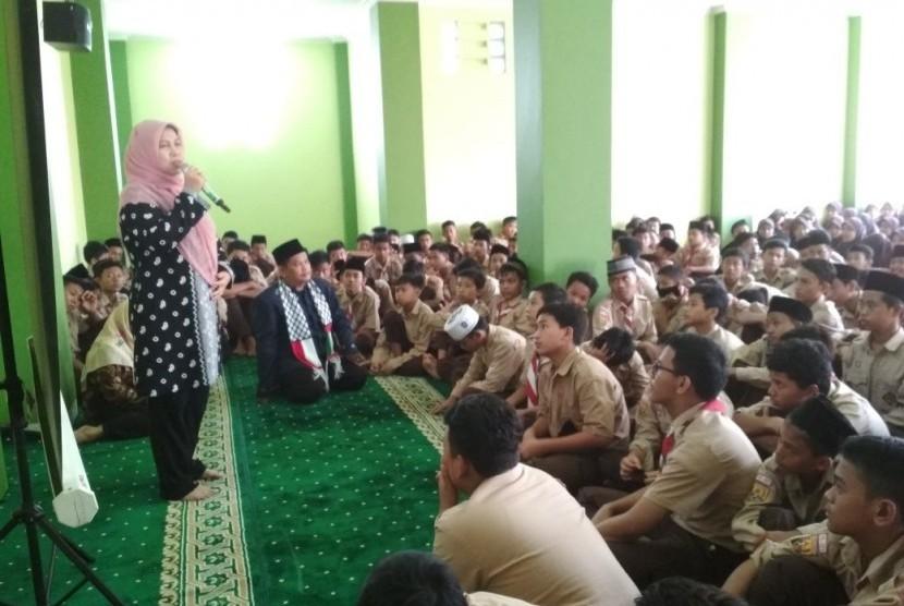 Kepala MTsN 1 Bogor, Eti Munyati memberikan pengarahan kepada siswa MTsN 1 Bogor saat acara Pesantren Kilat di Lebak Wangi, Bogor.