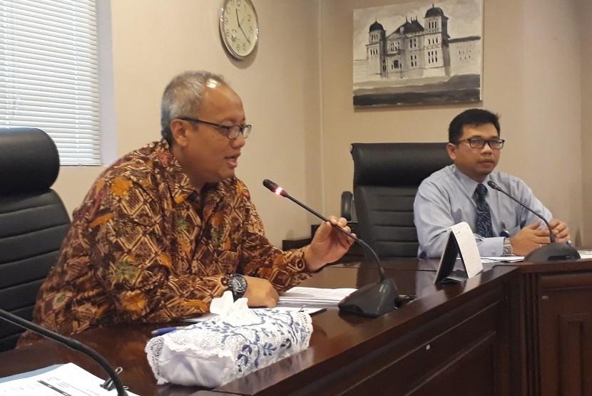 Kepala Perwakilan Bank Indonesia (BI) DIY Budi Hanoto (baju batik) dalam jumpa pers.