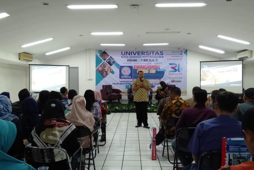Kepala Program Studi (Prodi) Sastra Inggris Fakultas Komunikasi dan Bahasa UBSI,  Agus Priadi memberikan kata sambutan pada acara Bincang Kampus dengan para orang tua mahasiswa.