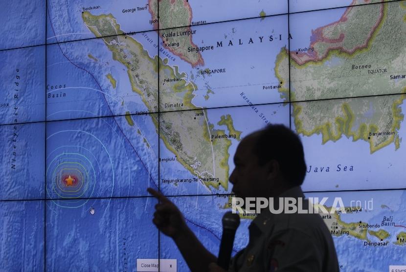 [ilustrasi] Kepala Pusat Data dan Humas Badan Nasional Penanggulangan Bencana (BNPB), Sutopo Purwo Nugroho saat memberi keterangan pers terkait gempa yang melanda kepulaan Mentawai, Sumatra Barat di Kantor BNPB, Jakarta.