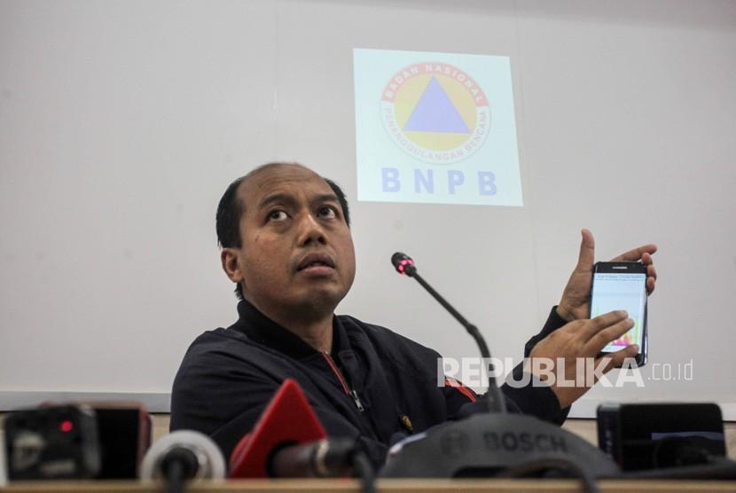 Head of the Information Data Center and spokesman of the BNPB Sutopo Purwonugroho holds a press conference on Sunda Strait tsunami in Yogyakarta, Sunday (Dec 23).
