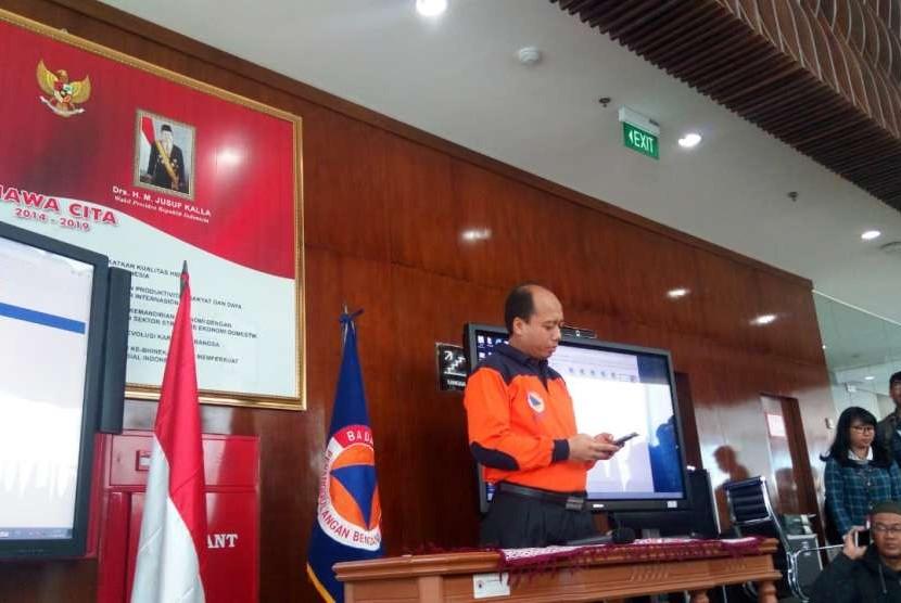 Kepala Pusat Data Informasi dan Humas Badan Nasional Penanggulangan Bencana (BNPB) Sutopo Purwo Nugroho saat menggelar konferensi pers update penanggulangan bencana gempa Lombok di kantor BNPB Jakarta, Selasa (21/8).
