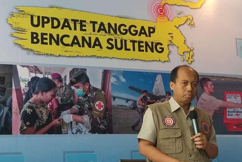 Kepala Pusat Data Informasi dan Humas Badan Nasional Penanggulangan Bencana (BNPB) Sutopo Purwo Nugroho dalam konferensi pers di Graha BNPB, Kamis (11/10).