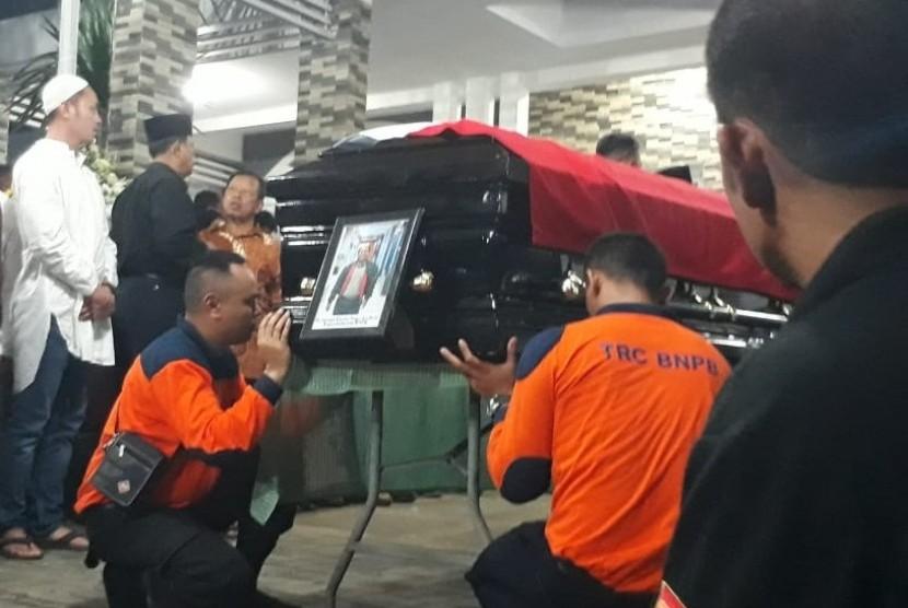 Kepala Pusat Data, Informasi dan Humas Badan Nasional Penanggulangan Bencana (BNPB) Sutopo Purwo Nugroho saat tiba di rumah duka Raffles Hills Blok i6 No.15 Harjamukti, Cimanggis, Sukatani, Tapos Kota Depok, Jawa Barat.