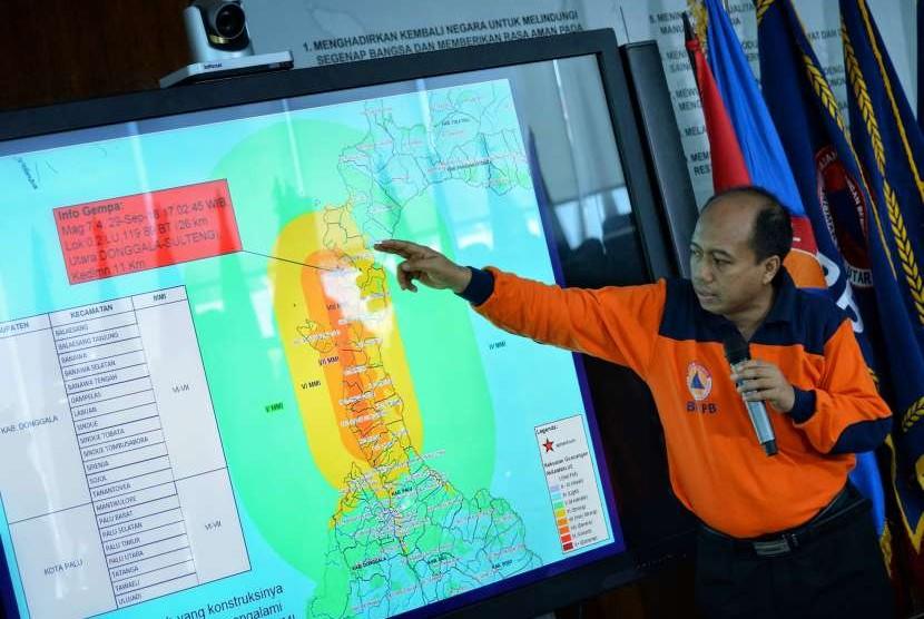 Kepala Pusat Data Informasi dan Humas BNPB Sutopo Purwo Nugroho (tengah) memberikan pemaparan mengenai dampak gempa bumi dan tsunami di kota Donggala dan Palu, Sulawesi Tengah saat konferensi pers di Graha Badan Nasional Penanggulangan Bencana (BNPB), Jakarta, Sabtu (29/9).