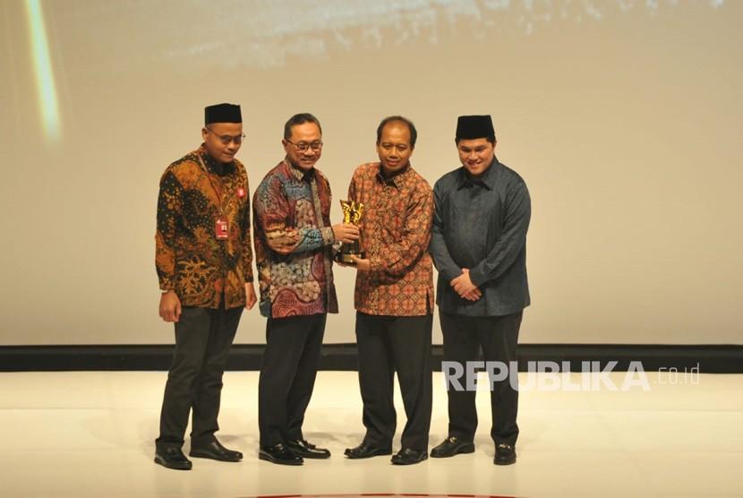 Kepala Pusat Informasi dan Humas BNPB Sutopo Purwo Nugroho menerima anugerah Tokoh Perubahan Republika 2018 yang diserahkan oleh ketua MPR Zulkifli Hasan di Jakarta, Rabu (24/4) malam.