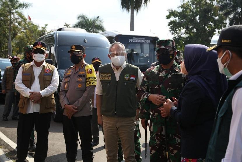Kepala Satgas Penanganan COVID-19, Letjen TNI Ganip Warsito (Kiri memakai rompi) bersama Panglima TNI, Marsekal Hadi Tjahjono (kanan memakai loreng), Kepala Badan Pemeliharaan Keamanan (Kabaharkam) Polri Komjen Arief Sulistyanto (kedua dari kiri) dan Sekretaris Daerah Provinsi Jawa Barat, Setiawan Wangsaatmaja (tengah rompi hijau) saat meninjau Pusat Isolasi Terpadu Wisma Atlet Jarlak Harupat, Sabtu (24/7)