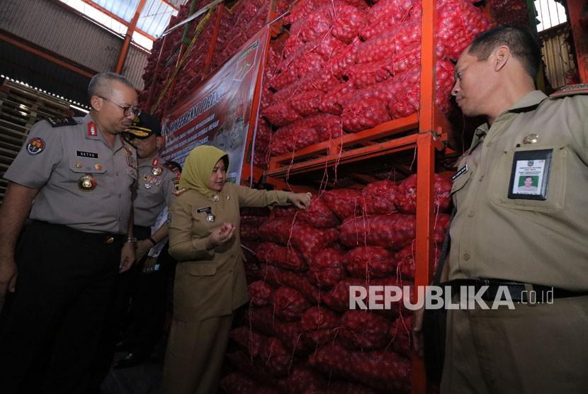 Kepala Satuan Tugas (Satgas) Pangan Polri Irjen Pol Setyo Wasisto (kiri) menunjukkan barang bukti bawang bombai ilegal di gudang PT Jakarta Sereal Jalan Kasuari no35 Surabaya, Jawa Timur, Senin (7/5).