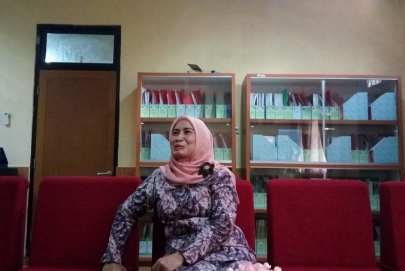 Kepala Sekolah SMAN 8 Depok, Nurlaely saat berbincang dengan sejumlah media di kantor kepsek SMAN 8, Cilodong, Kota Depok, Kamis (7/6).