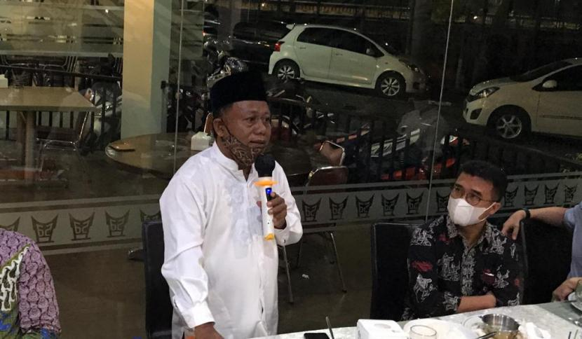 Kepala Sekolah SMKN 2 Padang, Rusmadi (berdiri) saat konferensi pers terkait komplain ortu siswi memakai jilbab