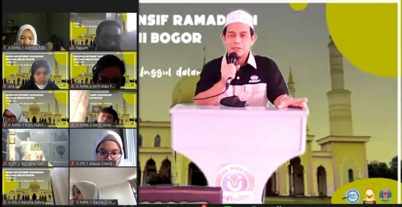 Kepala SMA Bosowa Bina Insani (BBI)  Dedi Supriyadi  SAg  MPd membuka  Pekan Intensif Ramadhan (Pintar) 1442 H, Senin (3/5).