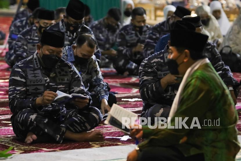 Kepala Staf Angkatan Laut (KSAL) Laksamana TNI Yudo Margono (kiri) bersama prajurit TNI Angkatan Laut dan keluarga kru KRI Nanggala-402 berdoa bersama di Koarmada II, Surabaya, Jawa Timur, Kamis (3/6/2021). Doa bersama tersebut digelar untuk mengenang 40 hari gugurnya 53 kru KRI Nanggala-402.