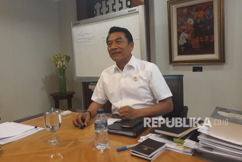 Kepala staf Kepersidenan Moeldoko berbincang bersama wartawan diruangannya, Senin (2/7).