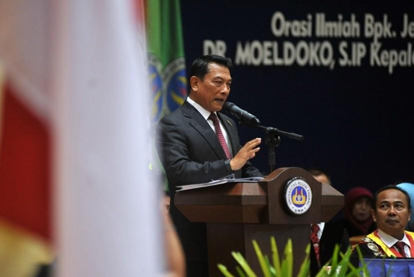 Kepala Staf Kepresidenan Jenderal TNI (Purnawirawan) Moeldoko memberikan orasi ilmiah kepada wisudawan di Universitas Negeri Padang (UNP), di Padang, Sumatera Barat, Jumat (16/3). Mantan panglima TNI itu memberikan orasi ilmiah sekaligus memaparkan keberhasilan program pemerintah Jokowi-JK.