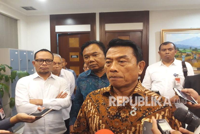 Kepala Staf Kepresidenan (KSP) Moeldoko dan Menteri Tenaga Kerja (Menaker) memberikan keterangan pers mengenai Perpres 20/2018 terkait penyederhanaan izin Tenaga Kerja Asing, di kantor KSP, Selasa (24/4).