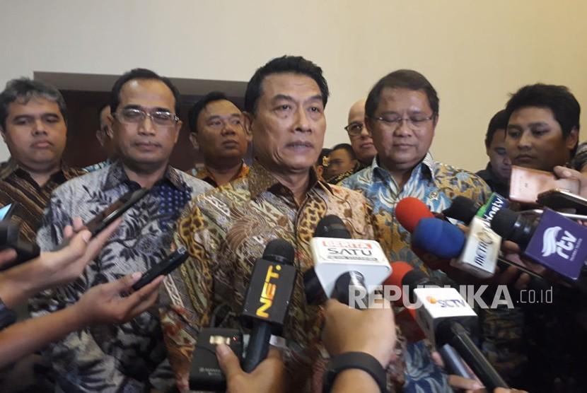 Kepala Staf Kepresidenan Moeldoko didampingi Menhub Budi Karya dan Menkominfo Rudiantara memberikan penjelasan terkait tarif angkutan ojek daring, Rabu (28/3).