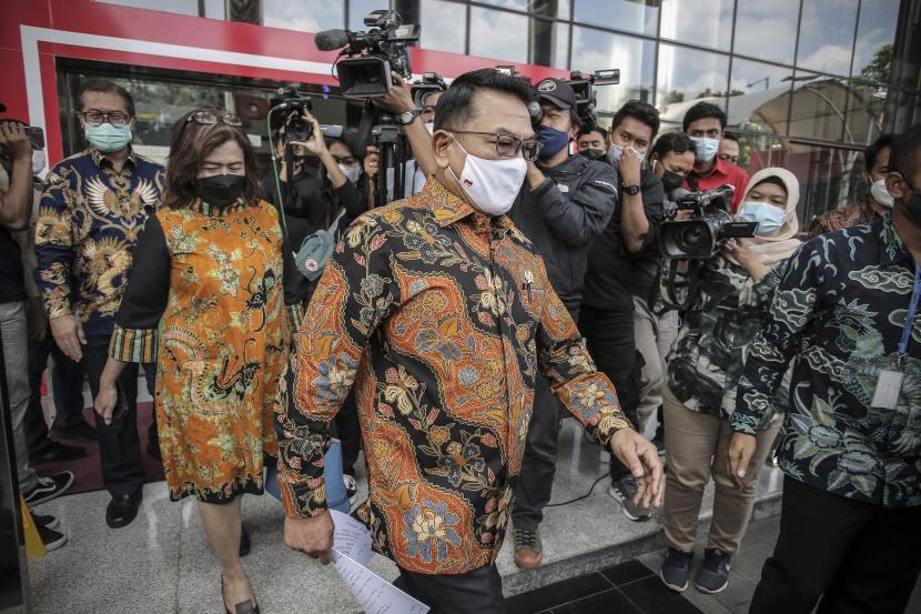 Kepala Staf Kepresidenan Moeldoko (tengah) berjalan keluar gedung usai menghadiri peluncuran Aksi Pencegahan Korupsi Stranas PK 2021-2022, di Gedung Merah Putih KPK, Jakarta, Selasa (13/4/2021). Stranas PK (Strategi Nasional Pencegahan Korupsi) adalah arah kebijakan nasional yang memuat fokus dan sasaran pencegahan korupsi yang digunakan sebagai acuan K/L, Pemda dan stakeholder dalam melaksanakan aksi pencegahan korupsi di Indonesia.