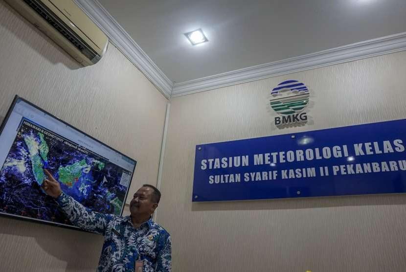 Kepala Stasiun Meteorologi SSK II Pekanbaru Sukisno memperlihatkan titik panas yang tersebar di pulau Sumatera di kantor BMKG Pekanbaru, Riau, Jumat (28/9).