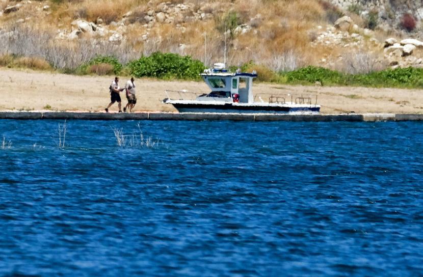 Kepolisian hendak naik kapal di Danau Piru, California Selatan, Selasa (14/7). Kepolisian Ventura masih akan mencari artis Naya Rivera yang hilang setelah berenang di Danau Piru.