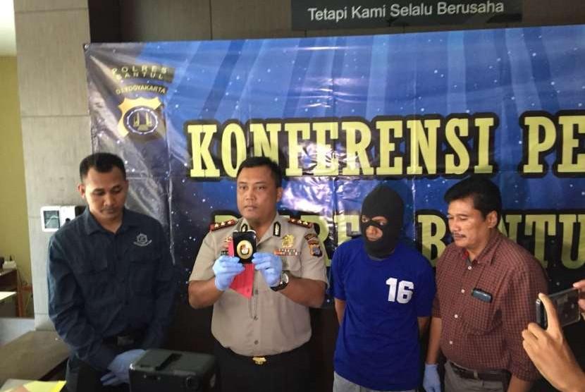 Kepolisian Resor (Polres) Bantul melakukan konferensi pers terkait penangkapan terduga anggota Komisi Pemberantasan Korupsi (KPK) gadungan di Polres Bantul pada Rabu (15/8). Oknum tersebut melakukan aksinya dengan bermodalkan lencana dan kartu identitas anggota KPK untuk meminta sejumlah uang tunai.