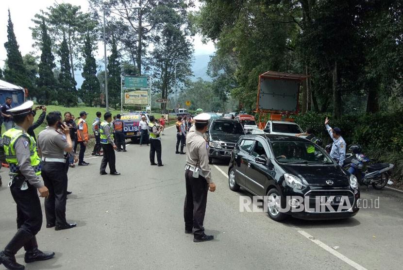 Kepolisian Resor (Polres) Bogor mulai membuka jalur Puncak dari Gunung Mas, Bogor, sampai Ciloto, Cianjur, Senin (19/2) pukul 12.00 WIB. Jalur ini sempat ditutup selama dua pekan pasca kejadian longsor di kawasan Gununt Mas, Riung Gunung dan Masjid Attawun pada Senin (5/2).