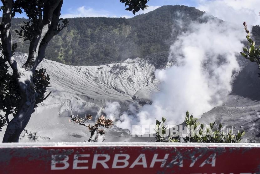 Petugas melakukan pengamatan di Kawah Ratu Gunung Tangkuban Parahu, Kabupaten Bandung Barat, Sabtu (27/7).