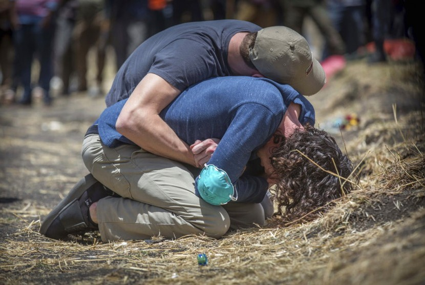 Kerabat korban jatuhnya pesawat Ethiopian Airlines Boeing 737 Max 8 berduka di lokasi jatuhnya pesawat di Bishoftu, Addis Ababa, Ethiopi, Rabu (13/3).