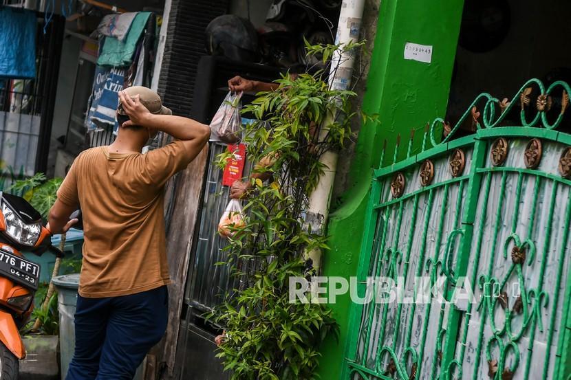 Kerabat memberikan paket bahan pangan ke warga yang menjalani isolasi mandiri dan tengah menjalani lockdown (ilusrasi)