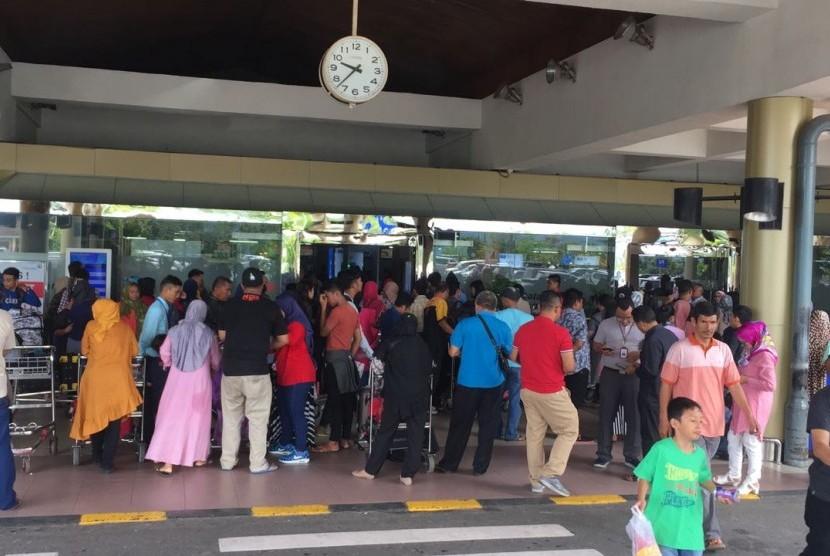 Keramaian penumpang arus balik di Bandara Minangkabau masih terasa pada Sabtu (23/7) atau H+8 Lebaran. Angkasa Pura II mencatat, nyaris 50 ribu orang sudah meninggalkan Sumatra Barat melalui udara selama arus balik, H+1 hingga H+7 kemarin.