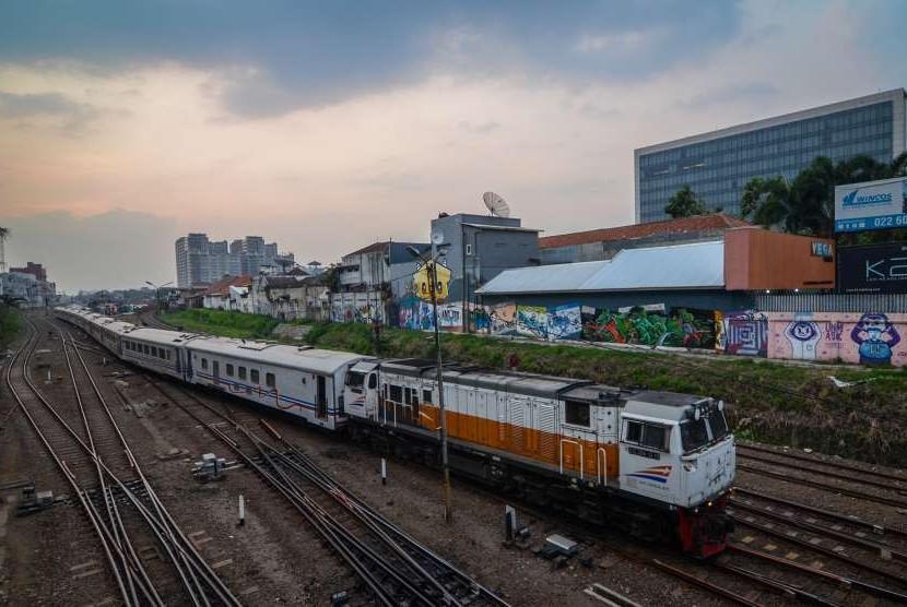 Kereta api memasuki Stasiun Bandung, Jawa Barat, Jumat (14/9). PT Kereta Api Indonesia (Persero) berencana akan me-reaktivasi empat jalur kereta api di Jawa Barat yakni rute Banjar-Cijulang-Pangandaran-Parigi, Garut-Cikajang, Cikudapateuh Bandung-Banjaran-Ciwidey, dan Rancaekek-Tanjungsari.