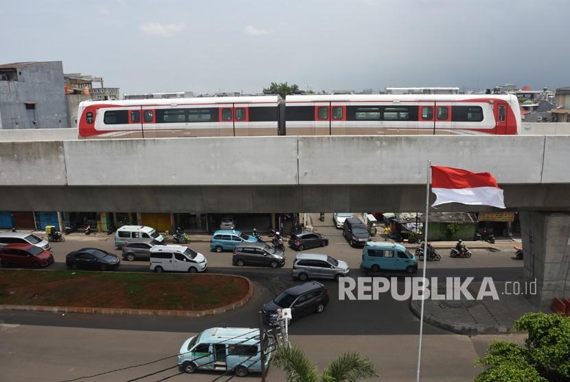 Kereta api ringan atau Light Rail Transit (LRT) melintas saat uji coba di lintasan koridor Kelapa Gading-Velodrome, Jakarta, Sabtu (16/2/2019).