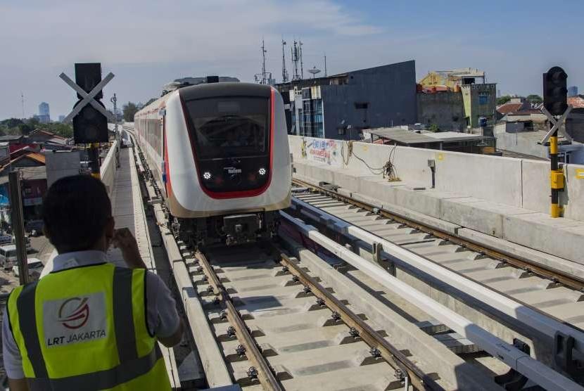 Kereta api ringan atau light rail transit (LRT) memasuki Stasiun Velodrome Rawamangun saat uji coba operasi terbatas LRT, di Jakarta, Senin (10/9).