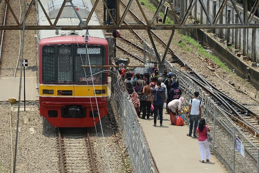 Kereta Commuter Line mengangkut penumpang di Stasiun Tanah Abang, Jakarta Pusat, Jumat (27/3).  (Republika/Raisan Al Farisi)