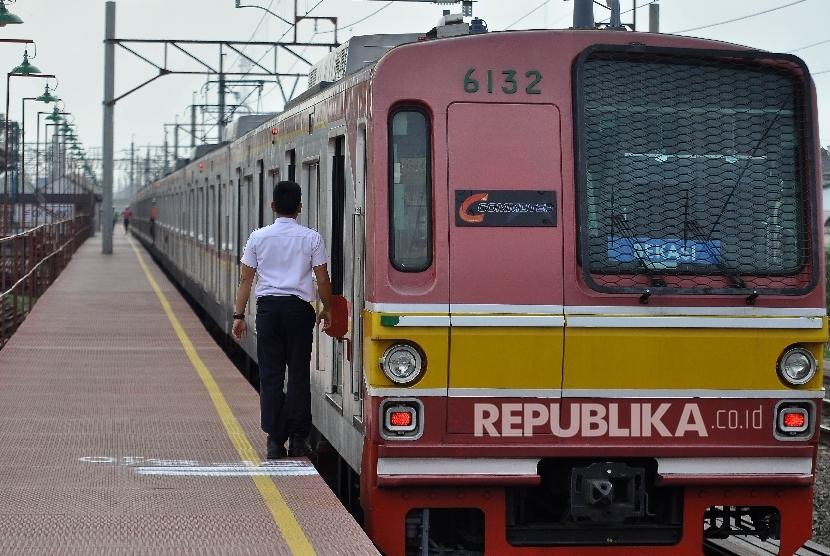 Kereta KRL Commuter Line tujuan Bekasi-Cikarang berhenti di Stasiun Cikarang, Jawa Barat, Senin (9/10).